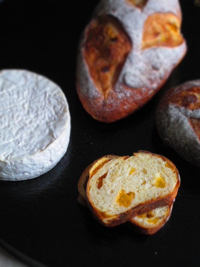 チーズと楽しむパン(白カビチーズとアプリコット&アーモンド)