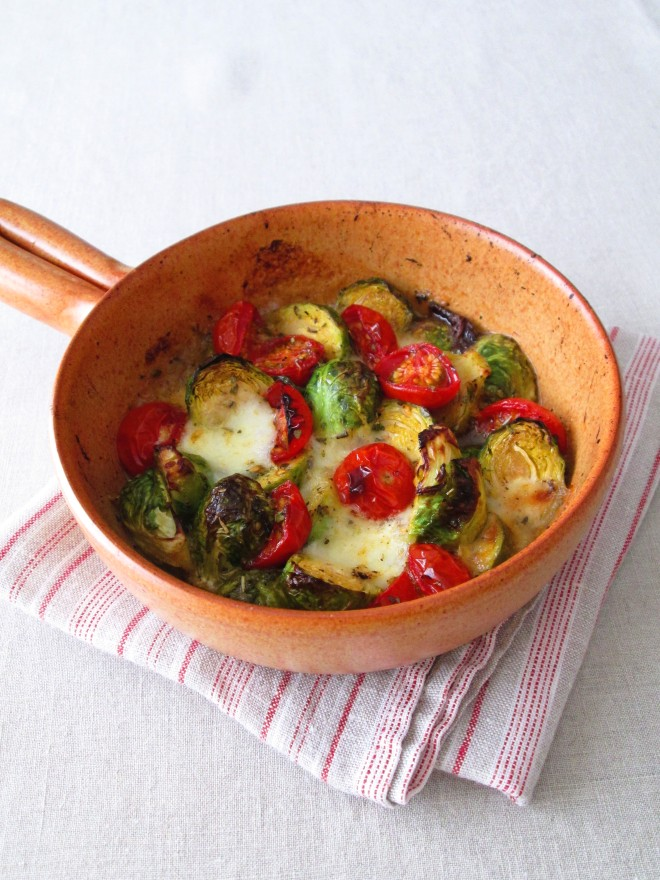 芽キャベツ、トマト、モッツァレッラのグリルサラダ