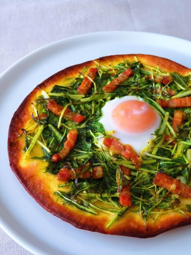 水菜のピザ、ビスマルク風